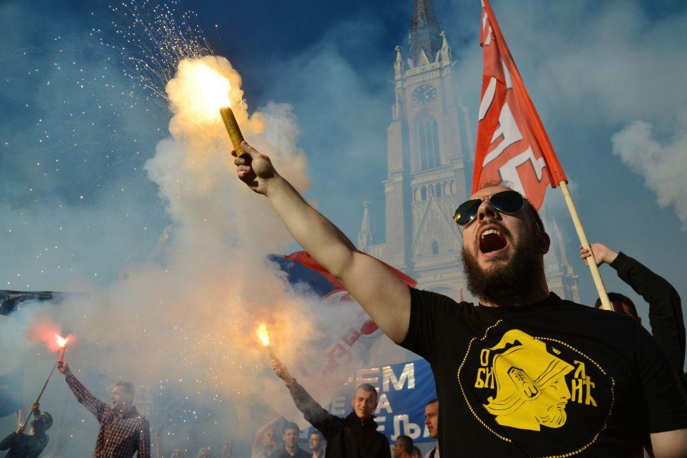 المشاركون في مسيرة لدعم المرشح للرئاسة الصربية فويسلافا شيشيليا في نوفي-ساد، صربيا