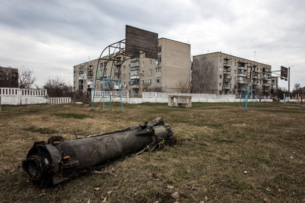 آثار الأعيرة النارية الثقيلة في حي سكني بمقاطعة خاركوف، أوكرانيا