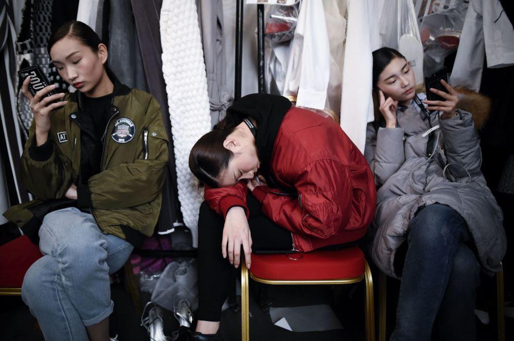 عارضات أزياء قبيل افتتاح عرض أسبوع الموضة في بكين، الصين25 مارس/ آذار 2017