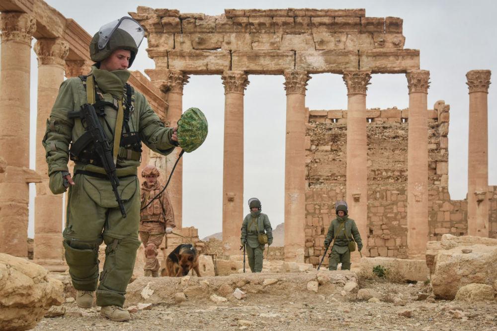 الجنود الروسي في فريق لإزالة الألغام التابعة لقوات الجيش الروسية في أحياء تدمر الأثرية
