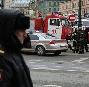 عناصر الشرطة الروسية تطوق محطة تيخنولوغيتشيسكي إنستيتوت بمدينة سانت بطرسبورغ وطواقم إطفاء الحريق
