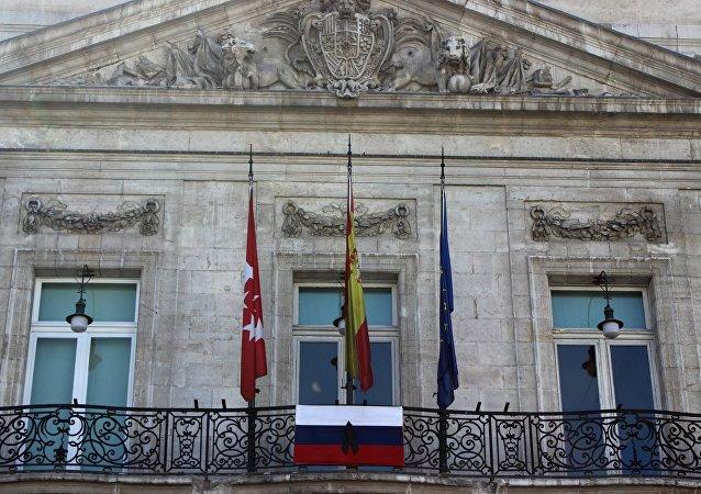 مدريد ترفع علم روسيا تضامنا مع مدينة سان بطرسبورغ
