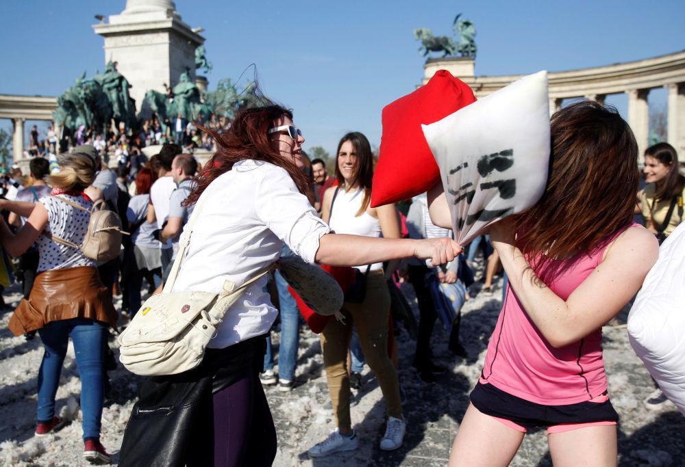 المشاركون في فعاالية اليوم العالمي عراك الوسائد في بودابست، المجر