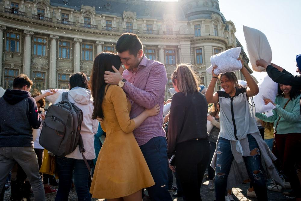 المشاركون في فعاالية اليوم العالمي عراك الوسائد في بوخارست، رومانيا