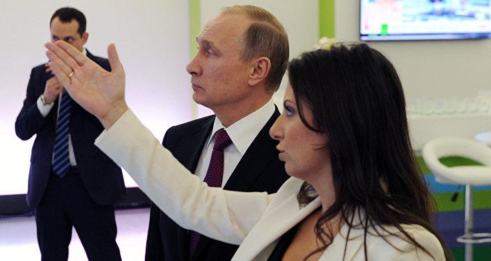 الرئيس الروسي فلاديمير بوتين مع رئيسة التحرير مارغريتا سيمونيان