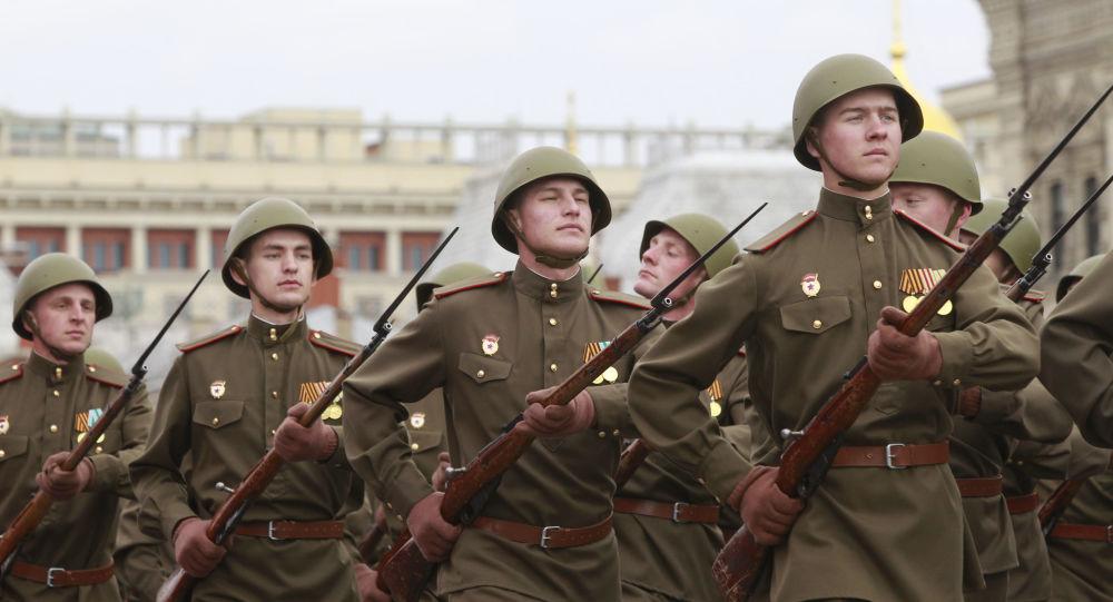 جنود يحملون بنادق موسين