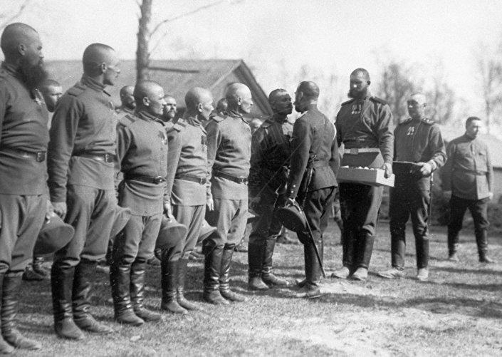 الامبراطور نيكولاي الثاني يهنيء الجنود بعيد الفصح المجيد (التقبيل ثلاثاً) في مقر القائد الأعلى، عام 1916. وتأتي هذه الصورة خلال فترة الحرب العالمية الأولى (1914-1918)