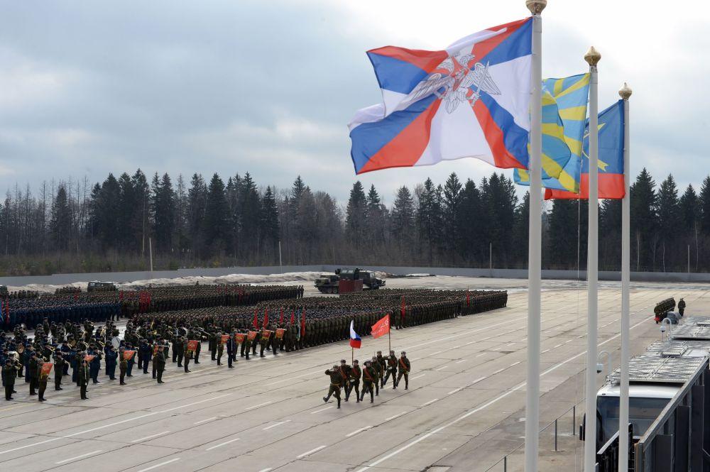 التدريبات المشتركة لقوات حامية موسكو استعداداً للعرض العسكري بمناسبة عيد النصر ضد ألمانيا النازية في الحرب الوطنية العظمى (1940-1945)