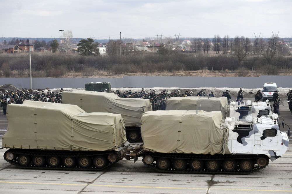 مركبات دي-تي (فيتياز) التابعة لقوات حامية موسكو خلال التدريبات المشتركة استعداداً للعرض العسكري بمناسبة عيد النصر في الحرب الوطنية العظمى ضد ألمانيا النازية (1940-1945)
