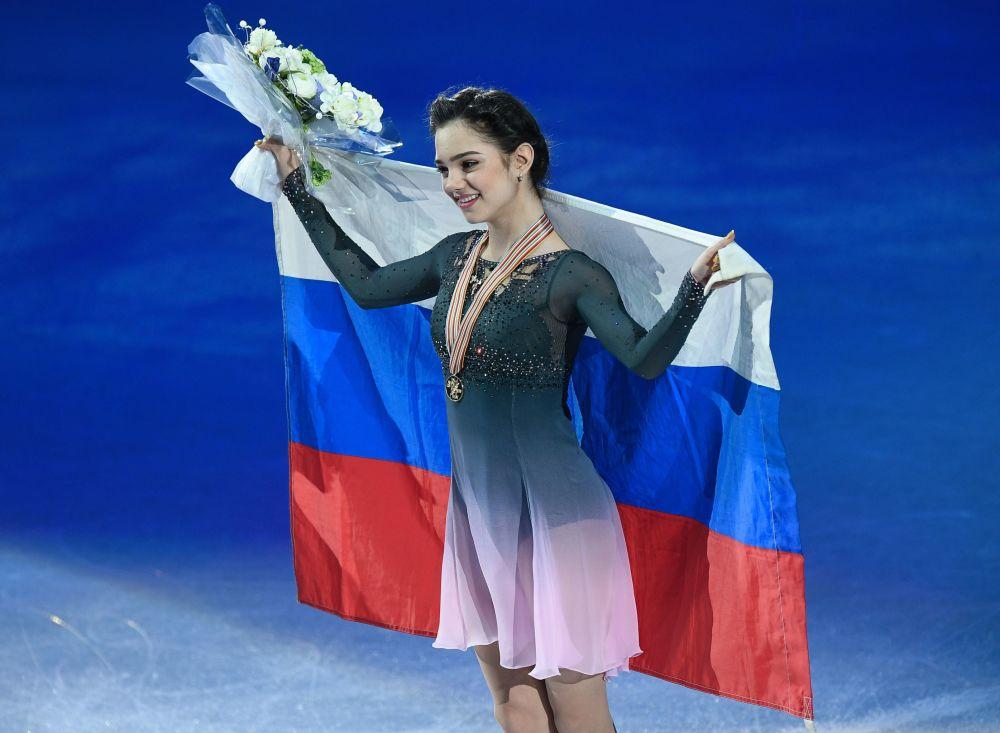 الروسية يفغينيا مدفيديفا تفوز بالمرتبة الأولى في بطولة التزلج الإيقاعي على الجليد في هلسنكي، فنلندا