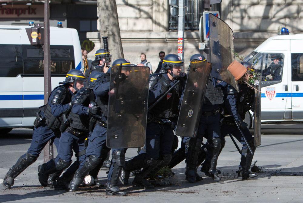 عناصر شرطة مكافحة الشغب خلال المواجهات مع المحتجين في باريس، فرنسا