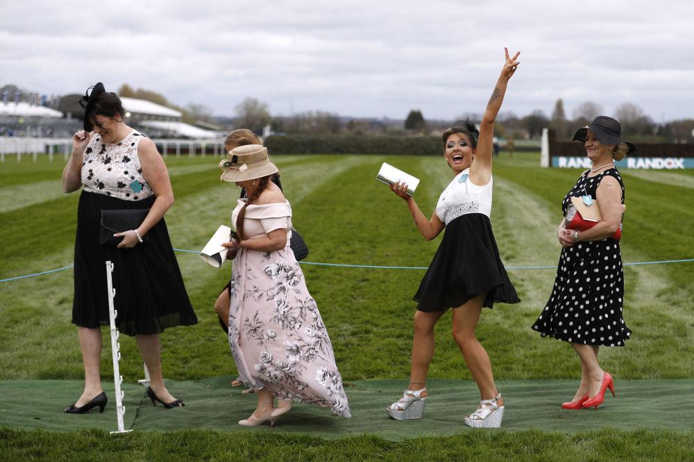 زائرات في سباق الخيل بريتان هورس ريسينغ (Britain Horse Racing - Grand National Festival) وهو مهرجان بريطاني الأكبر في البلاد لسباق الخيل، 6 أبريل/ نيسان 2017
