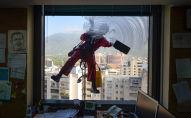 عامل نظافة يقوم بتنظيف نوافذ مبنى في كاراكاس، فنزويلا 5 أبريل/ نيسان 2017