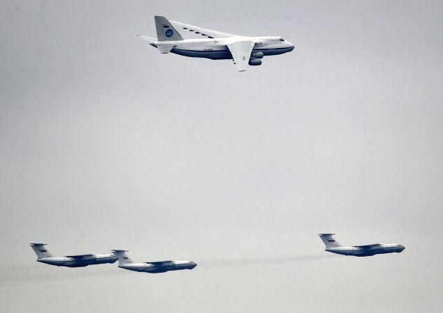 طائرات النقل البعيد أ.ان.-124-100 (روسلان)، وطائرات إيل-76 (إيليوشين —76) خلال التدريبات العسكرية الجوية
