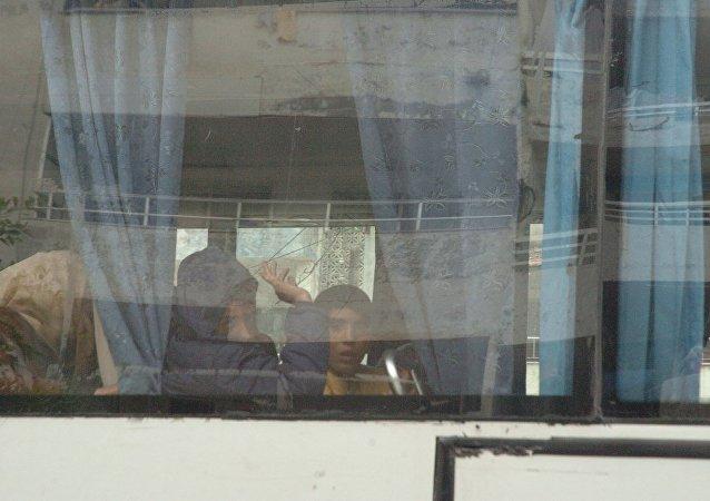 خروج المسلحين من حي الوعر