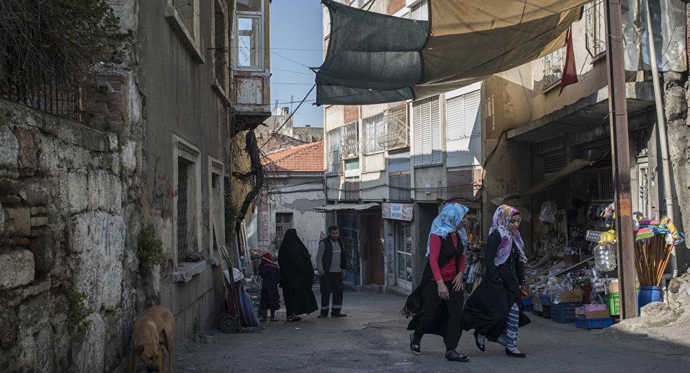 وفقاً لوزارة الهجرة التركية، تم تسجيل حوالي 107 ألف لاجئ سوري في إزمير.