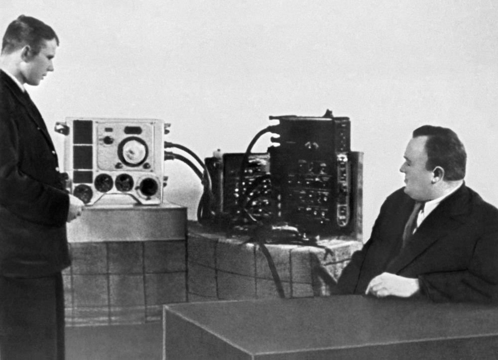 أول رائد إلى الفضاء - يوري غاغارين (المرشح لرحلة الفضاء) والأكاديمي سيرغي كوروليوف