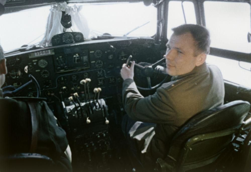 أول رائد إلى الفضاء - يوري غاغارين قبيل الصعود إلى المركبة الفضائية فوستوك-1، 1961