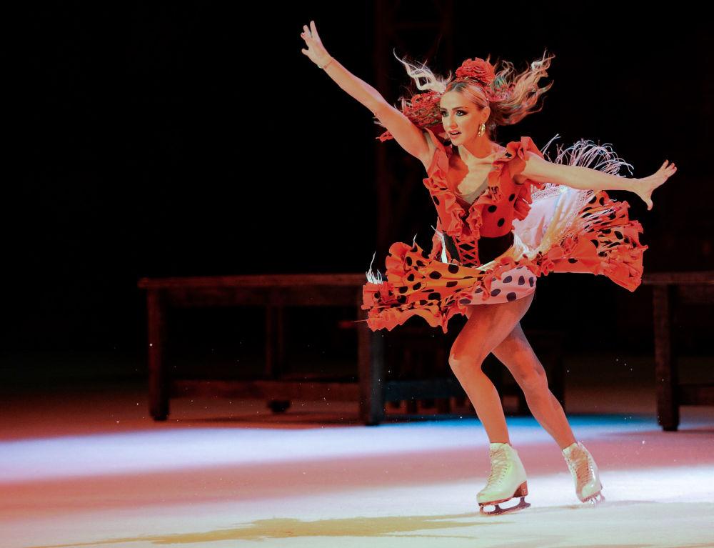 الرياضية الروسية تاتيانا نافكا، خلال أدائها لمسرحية كارمين على الجليد في لوجنيكي