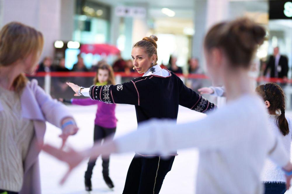 الرياضية الروسية تاتيانا نافكا خلال تدريب الفتيات على التزلج على الجليد في موسكو