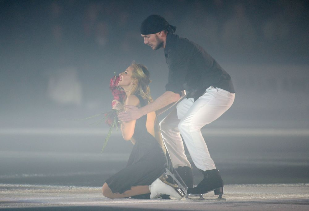 الرياضية الروسية تاتيانا نافكا وشريكها رومان كوستوماروف خلال عرض العصر الجليدي على الجليد في سوتشي