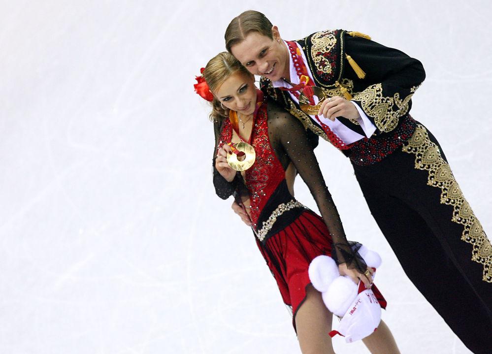 الرياضية الروسية تاتيانا نافكا وشريكها رومان كوستوماروف فازوا بالمرتبة الأولى والميداليات الذهبية في بطولة أولمبياد الشتاء للتزلج على الجليد عام 2006 في تورين، إيطاليا 20 فبراير/ شباط 2006،