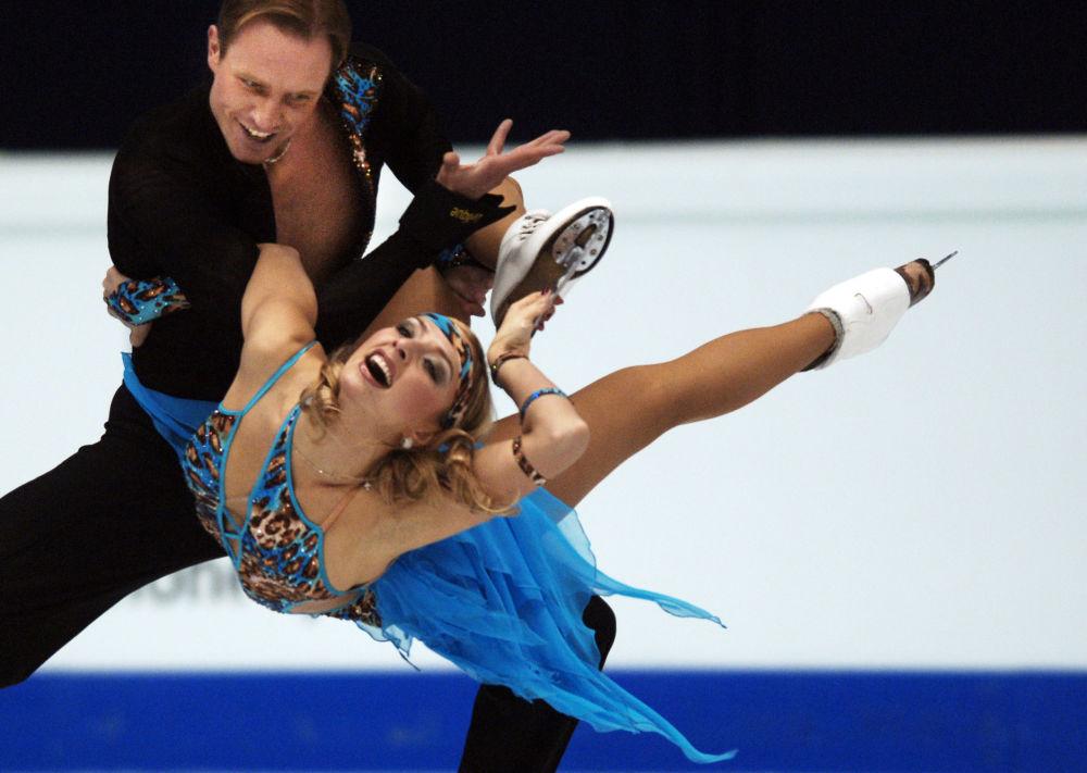 الرياضية الروسية تاتيانا نافكا وشريكها رومان كوستوماروف خلال أدائهما في بطولة أوروبا للتزلج على الجليد عام 2006 في ليون، فرنسا 19 يناير/ كانون الثاني 2006،