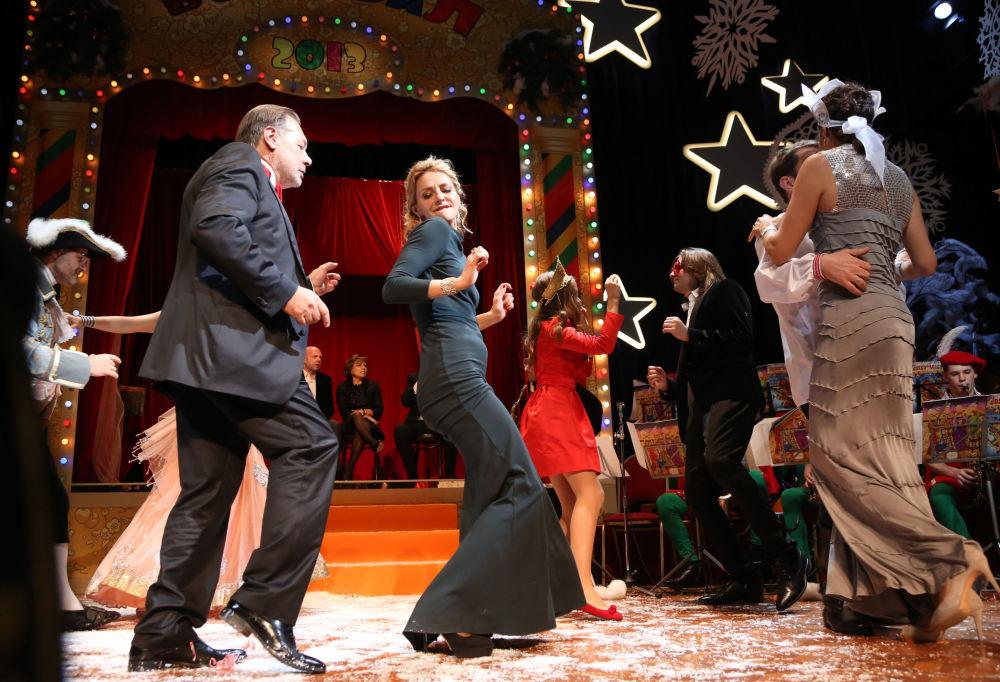 الرياضية الروسية تاتيانا نافكا والممثل الروسي إيغور يانكوفسكي خلال حفل بوسكو التقليدي للرقص في مسرح ناتسيي (الوطني)
