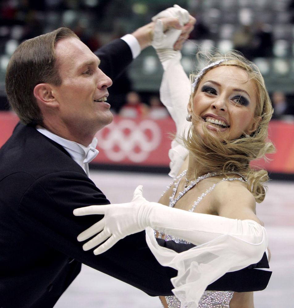 الرياضية الروسية تاتيانا نافكا وشريكها رومان كوستوماروف خلال أدائهما في بطولة أولمبياد الشتاء للتزلج على الجليد عام 2006 في تورين، إيطاليا 17 فبراير/ شباط 2006،
