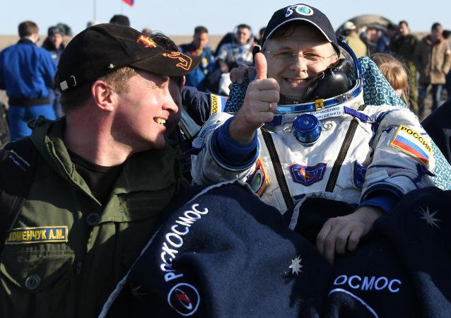 هبوط مركبة سويوز إم اي -02، وعلى متنها 3 رجال فضاء من محطة الفضاء الدولية على ارض كازاخستان، 10 أبريل/ نيسان 2017