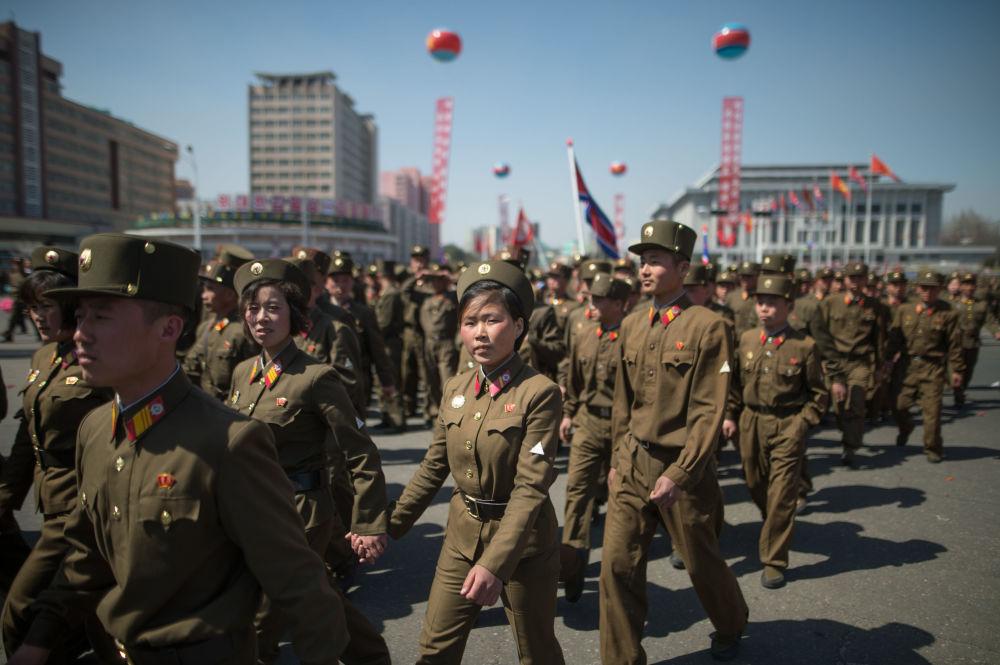 القوات العسكرية الكورية خلال مراسم افتتاح مجمع سكني جديد في بيونغ يانغ، كوريا الشمالية 13 أبريل/ نيسان 2017
