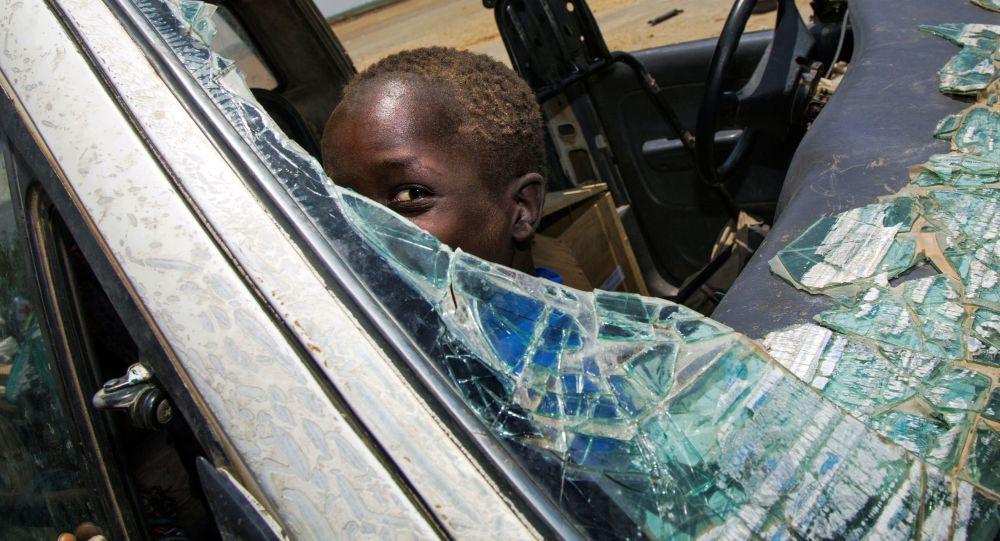 طفل داخل سيارة محطمة نتيجة اشتباكات دارت القوات المسلحة في جنوب السودان، 11 أبريل/ نيسان 2017