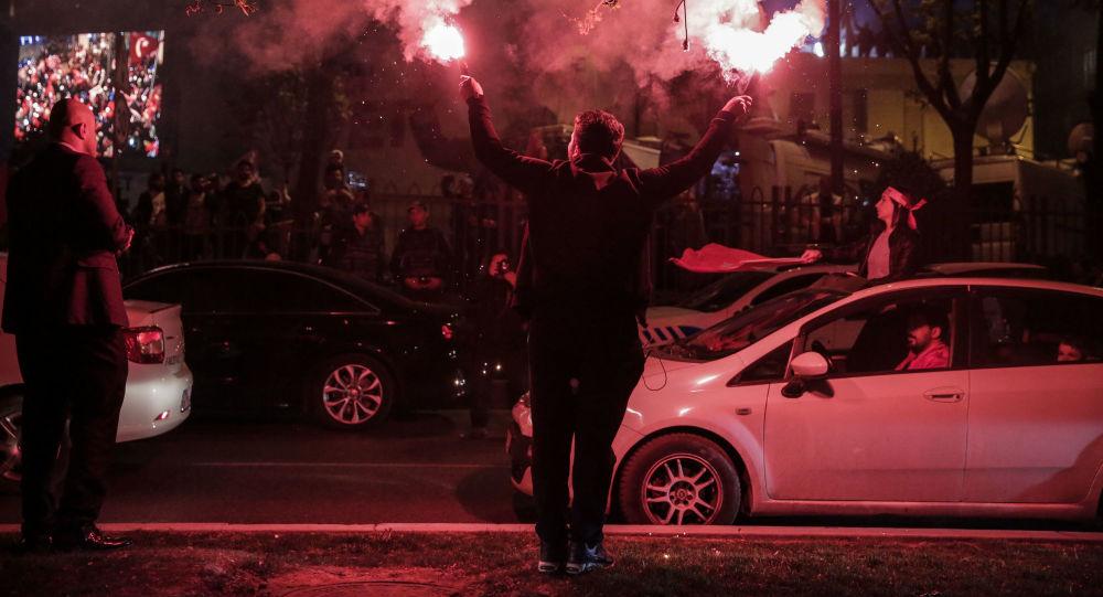 تركيا الاستفتاء - أنصار الرئيس التركي رجب طيب أردوغان