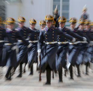 جنود فوج الحرس الرئاسي خلال أول عرض لهم لهذا العام في ساحة كاتدرائية الكرملين في موسكو