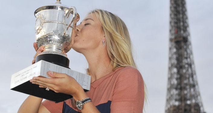 لاعبة التنس الروسية ماريا شارابوفا تحمل كأس بطولة سيوزان لينغين في باريس