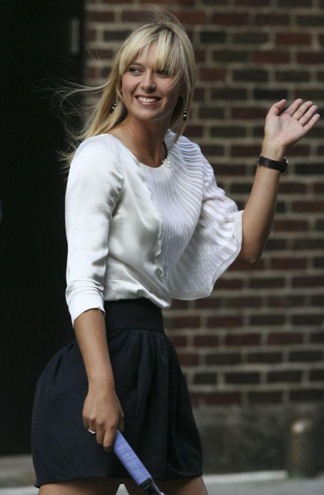 لاعبة التنس الروسية ماريا شارابوفا تحيي مشجعيها في مدينة نيويورك لدى وصولها لعرض تلفزيوني Late Show with David Letterman