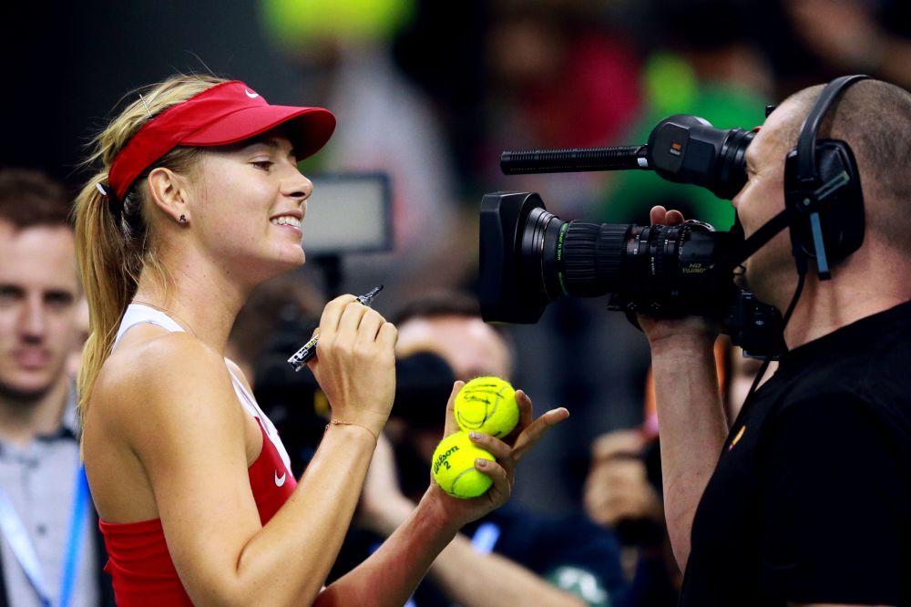 لاعبة التنس الروسية ماريا شارابوفا توقع كرات لعبة التنس بعد فوزها على ظيرتها البولندية أنغيشكي رادفانسكي في ربع النهائي لبطولة الاتحاد -2015 في كراكوف