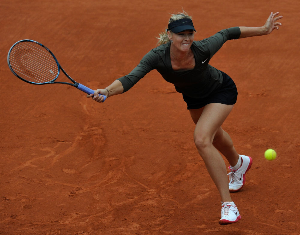 لاعبة التنس الروسية ماريا شارابوفا خلال مباراة المرحلة الرابعة لبطولة فرنسا المفتوحة للتنس ضد اللاعبة التشيكية كارلا زاكوبالوفا