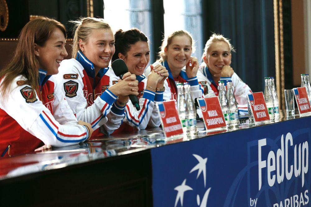 لاعبة التنس الروسية ماريا شارابوفا والرياضيات الروسيات خلال مؤتمر صحفي بعد بطولة كأس الاتحاد للتنس في براغ، جمهورية التشيك