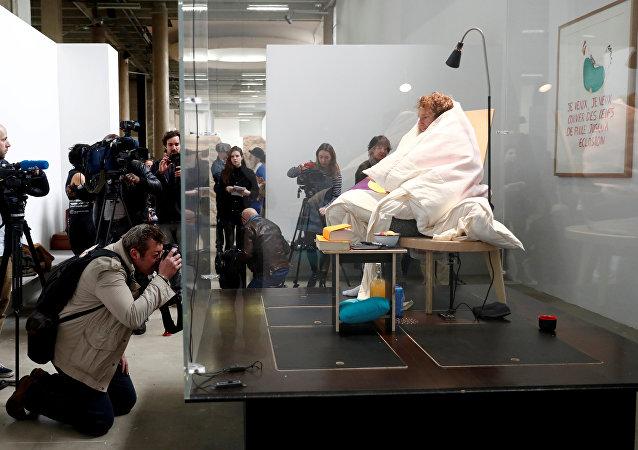 الفنان الفرنسي يرقد على البيض