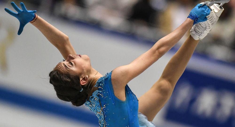 الروسية يفغينيا مدفيديفا خلال الأداء في بطولة العالم للتزلج على الجليد في طوكيو، اليابان