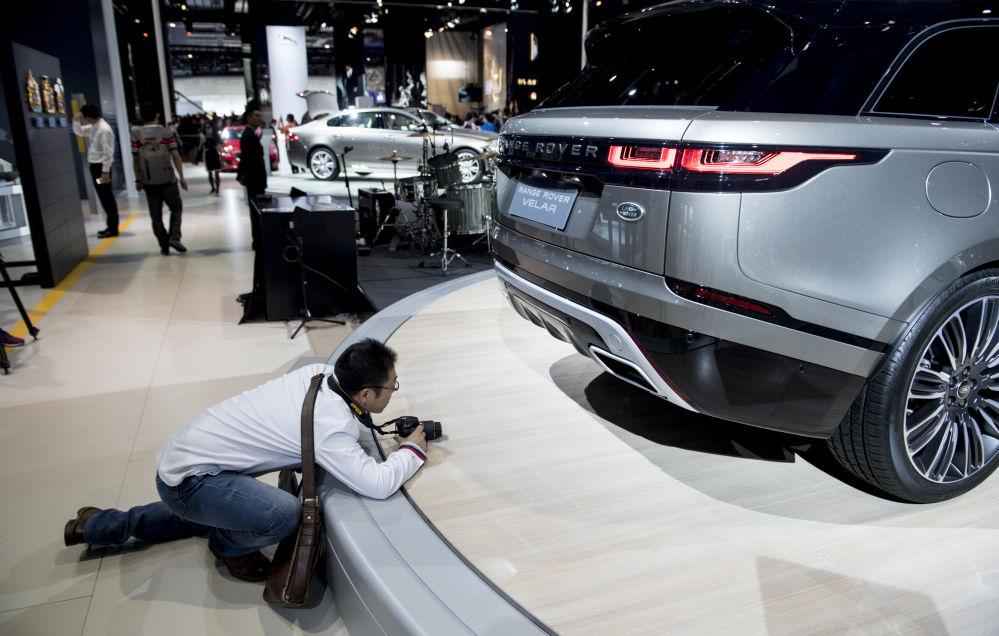 مصور أثناء التقاط صورة لسيارة Range Rover Velar في معرض شنغهاي الدولي للسيارات والسابع عشر من نوعه، 19 أبريل/ نيسان 2017