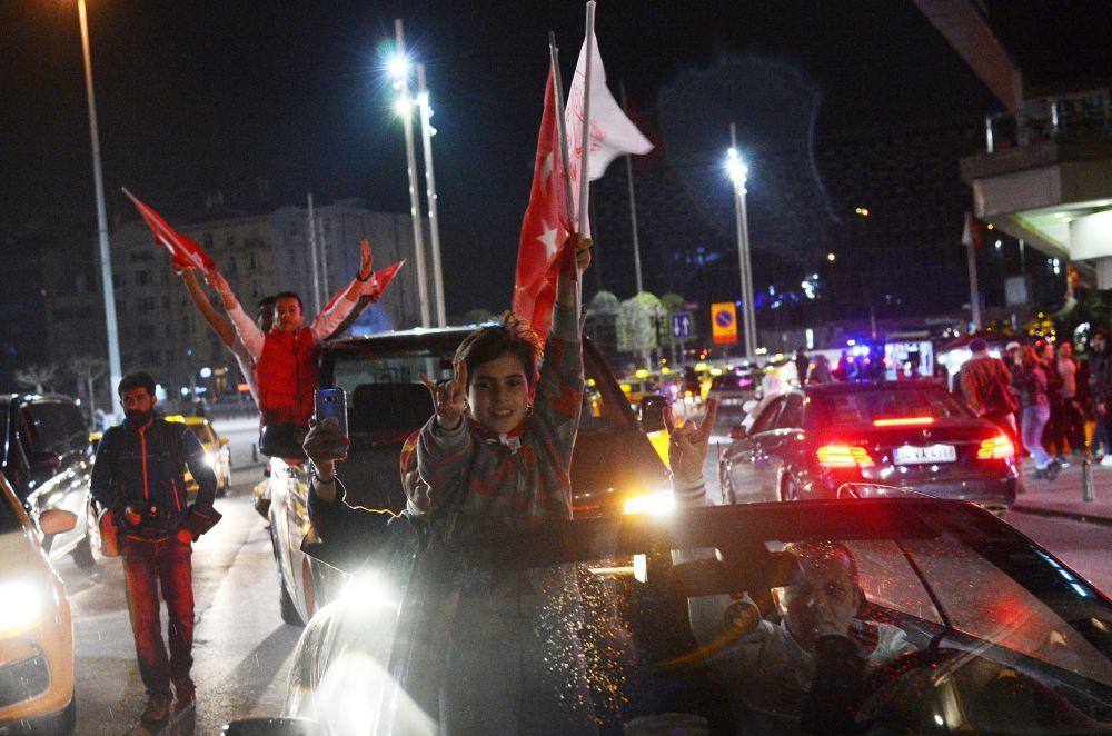 أنصار الرئيس التركي رجب طيب أردوغان بعد ظهور نتائج الاستفتاء الدستوري في تركيا