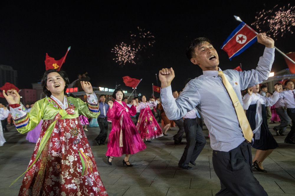الكوريون يحتفلون بالذكرى الـ 105 لمولد مؤسس جمهورية  كوريا الشمالية الديموقراطية وزعيمهم الراحل كم إل سونغ في بيونغ يانغ، كوريا الشمالية 15 أبريل/ نيسان 2017