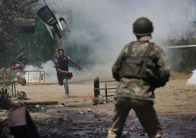 طالب كشميري يقذف بكرسي تجاه الشرطة الهندية في سرينجار، وهي منظقة واقعة تحت سيطرة الهند، 17 أبريل/ نيسان 2017
