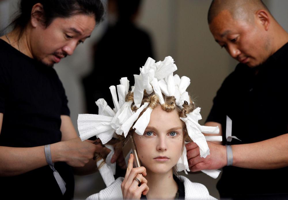 عارضة أزياء أثناء التحضير لعرض أزياء كريستيان ديور (Christian Dior) في طوكيو، اليابان 19 أبريل/ نيسان 2017