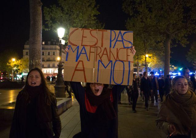 احتجاجات الفرنسيين على نتائج الدورة الأولى من الانتخابات الرئاسية الفرنسية في باريس، فرنسا