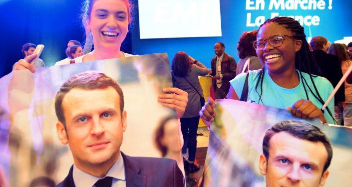 أنصار المرشح للانتخابات الرئاسية الفرنسية إيمانويل ماكرون، باريس، فرنسا