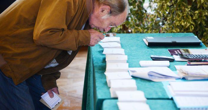 الفرنسيون يدلون بصوتهم في صنادق الاقتراع، الانتخابات الرئاسية الفرنسية، باريس، فرنسا