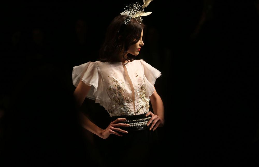 عارضة أزياء تقدّم مجموعة تصاميم أزياء للمصصم حنا توما خلال عرض أسبوع الموضة في بيروت، لبنان 19 أبريل/ نيسان 2017